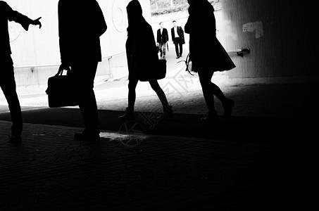 地下通道的行人的剪影图片