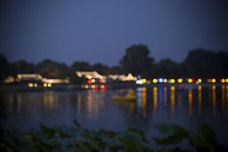 温暖模糊的夜景古城图片