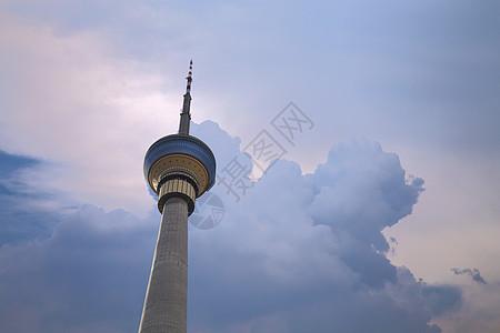 彩云上的中央电视塔图片