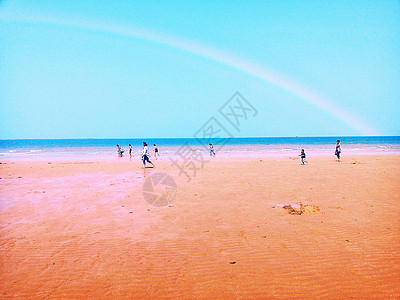 沙滩上的青年图片