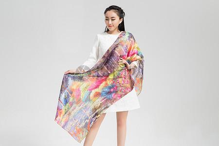模特展示有纹路图案的丝巾围巾图片
