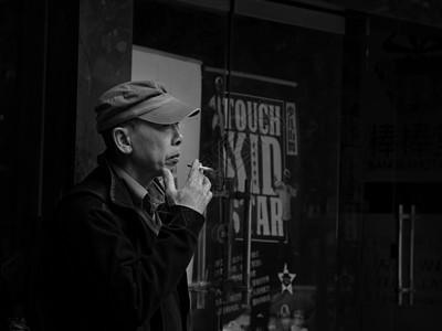 抽烟的老人家图片