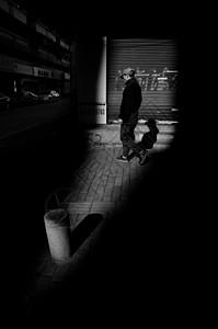 街头的行人图片