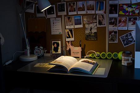 灯光下的书桌图片