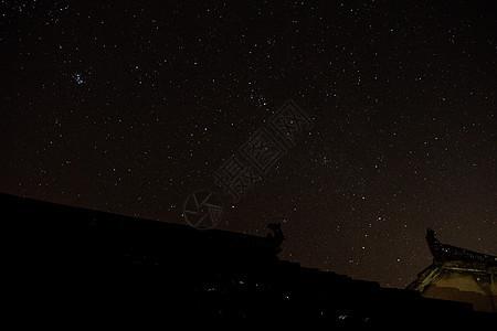 屋顶的夜空图片