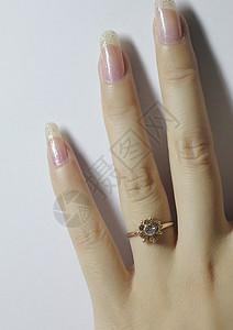 纤细修长的带戒指女人的手图片
