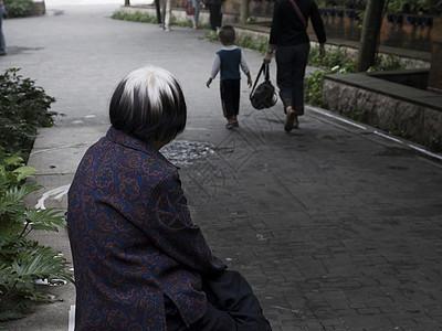 独坐的老人图片