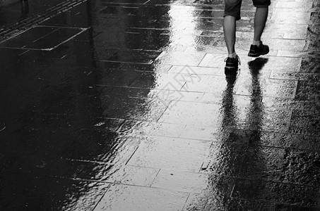雨天的脚步图片