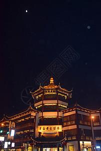 夜空下的古代建筑顶部特写图片