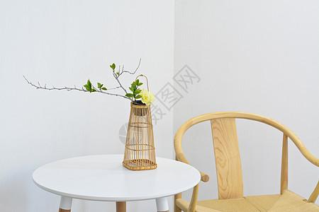 竹篮里插花的家居背景图片