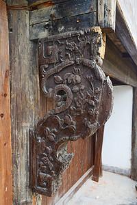 古代房屋上的实木雕刻艺术品图片