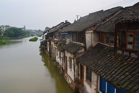 江南水乡河道旁的老房子图片