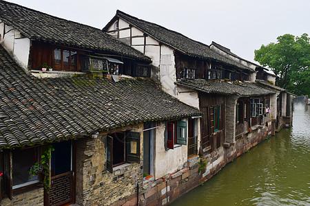 江边上的老房子图片