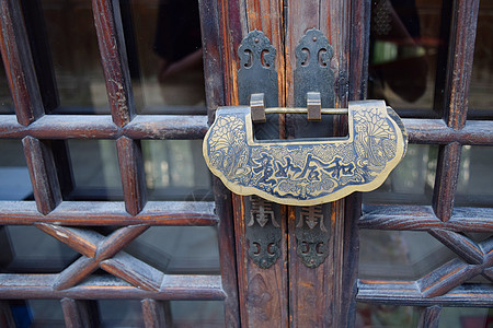 门上挂着的铜锁图片
