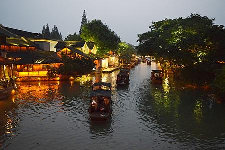 傍晚乌镇河流里的船舶图片