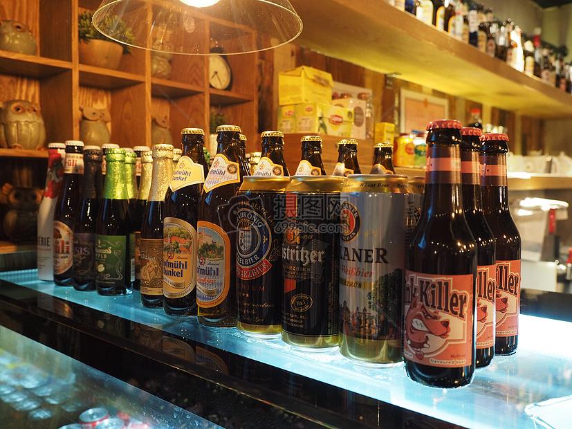 吧台上的进口啤酒图片