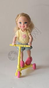 芭比小凯丽推着滑板车和宠物狗图片