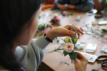 美女正在制作花艺图片