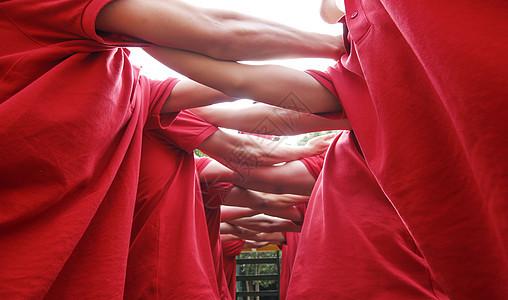 户外拓展团队双手搭在一起图片