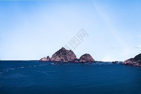 纯净蓝天下的山海风光图片