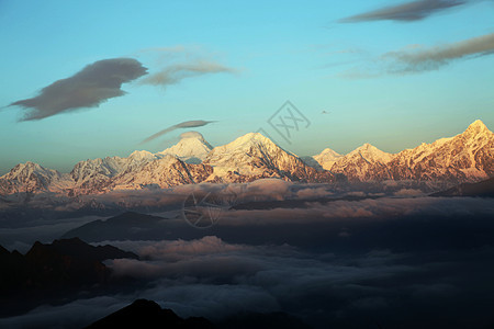 黄昏下断背山上空的火烧云图片