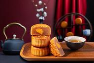 中秋节蛋黄月饼图片