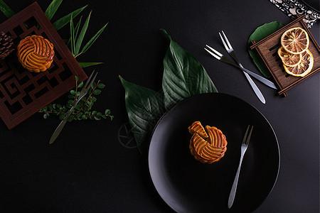 中秋传统美食月饼摆拍黑色背景图片