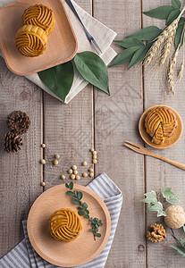 中秋传统美食月饼木板背景图片