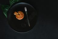 中秋节传统美食月饼摆拍图片