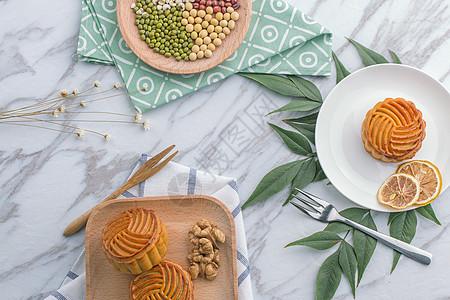 中秋传统食品月饼背景摆拍图片