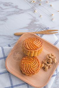 中秋传统食品月饼大理石背景摆拍图片