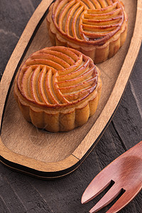 中秋传统食品月饼木板背景摆拍图片