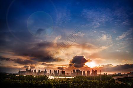 夕阳照射乌云乌云下的城市夕阳图片
