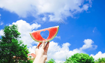 天空中的爱心西瓜图片