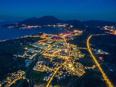 夜幕下的流淌黄金的山海渔村图片