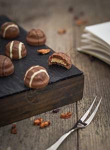 桌上的巧克力图片