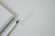 记事本和笔构成的白色简约商务背景图片