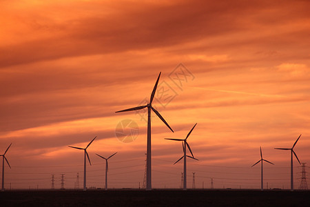 晚霞下的风力发电机图片