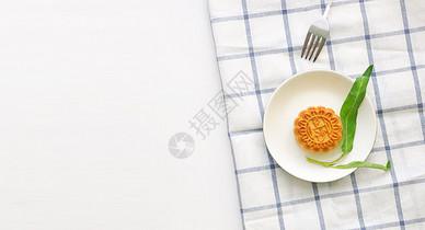 中秋节吃豆沙月饼图片