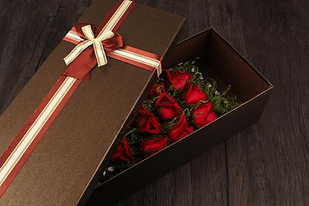 一束在礼物盒子里面的玫瑰花图片
