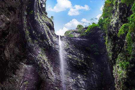 山顶流下的瀑布图片