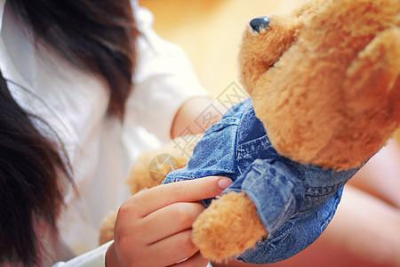 抱着小熊的女孩图片