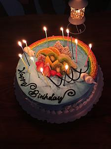 黑暗中点燃蜡烛的生日蛋糕图片