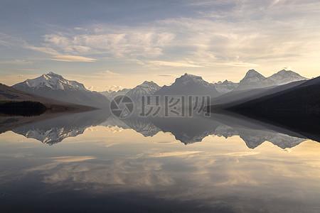 湖面的上的倒影图片