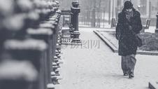 雪地里的女子图片