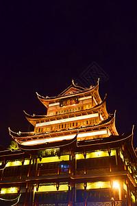 夜晚中的高城楼建筑图片