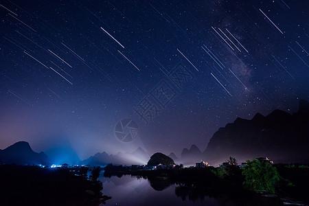 山与水上的流星雨图片