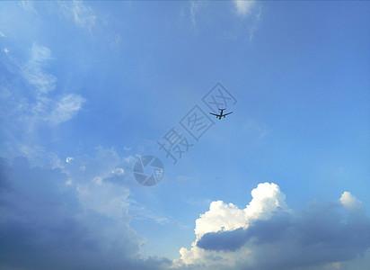 飞机穿云摄影图片免费下载