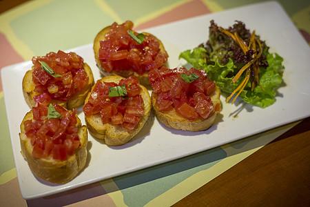 面包干片上番茄沙司图片