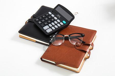 办公桌上摆放的本子计算器图片